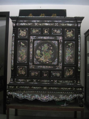 Mẫu tủ thờ cổ do các nghệ nhân ở Huế chế tác
