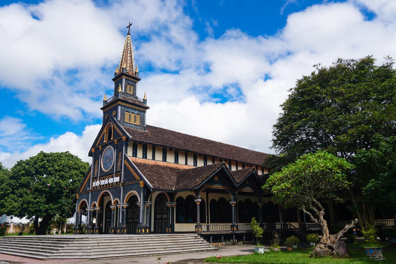 Khám phá căn nhà thờ gỗ Kon Tum 100 năm tuổi